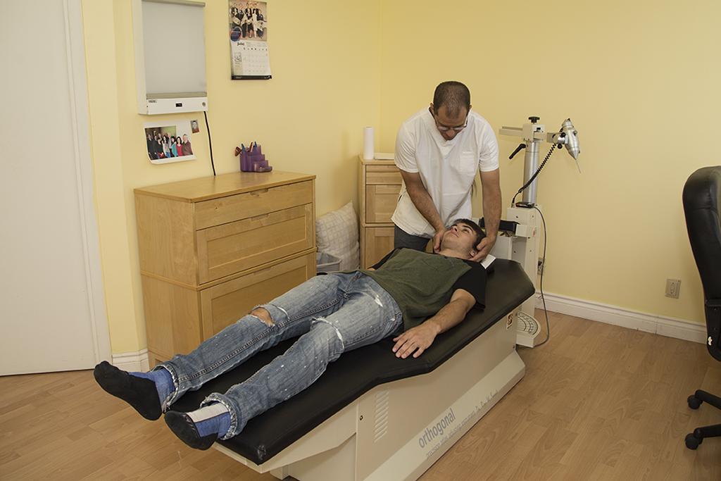 chiropraticien vrérifiant le cou d'un patient