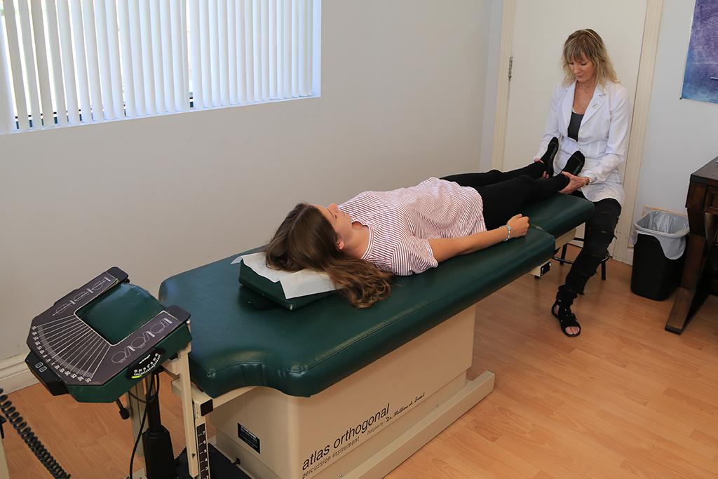 patient allongé recevant les soins du chiro