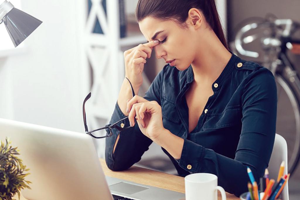 femme au travail avec migraine