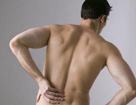 Homme qui a un mal de dos